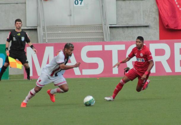 Rubrão aproveita bem erros de marcação e sai à frente (Foto: Ney Gusmão/VAVEL Brasil)