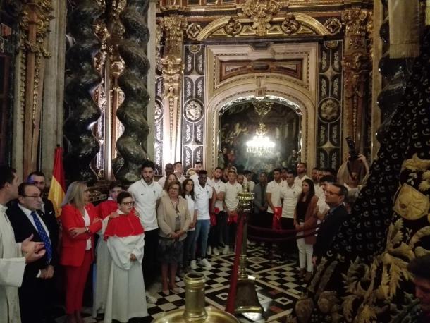 Ofrenda floral del Granada CF a la Virgen de las Angustias | Foto: MJ Ramírez