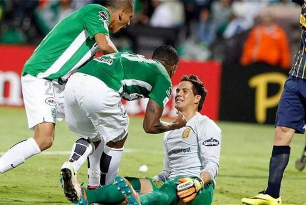 Orlando Berrío le gritó el gol en la cara al arquero uruguayo Sebastián Sosa, que no reaccionó y así empezó la pelea del final.   Foto: Olé