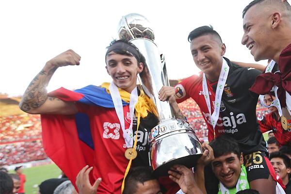 Fernández (abraza la copa) se coronó campeón en Perú | Foto: delgol.com