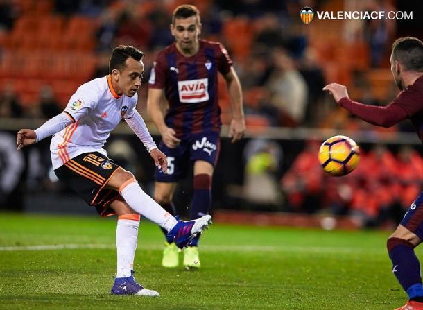 Orellana, con la camiseta del Valencia, en un partido frente al Eibar | Foto: Valencia