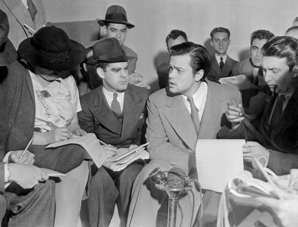 Orson Welles, en el centro, atendiendo a los periodistas al día siguiente de la emisión de radio (PD)