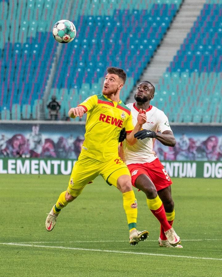 Salih Özcan y Dayot Upamecano en disputa del balón / Foto: @fckoeln