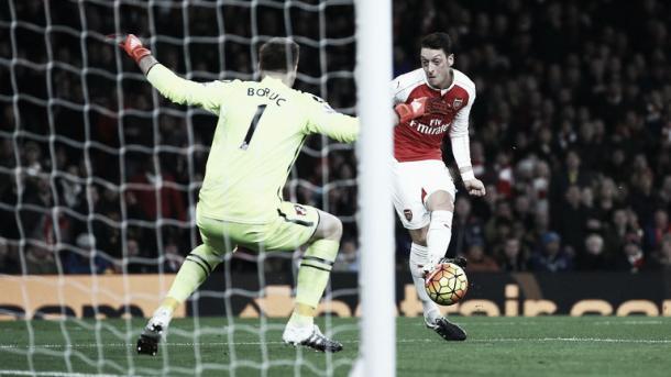 Özil marcando uno de los goles que le hizo al Bournemouth la pasada temporada. (Foto: Getty Images)