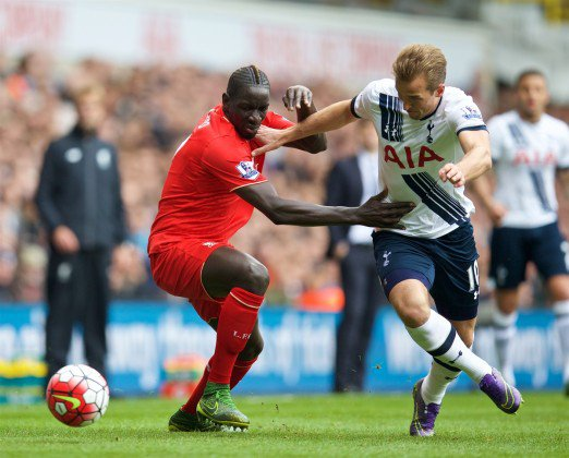 Sakho y Kane disputan un balón en el encuentro de ida. Foto: This is Anfield
