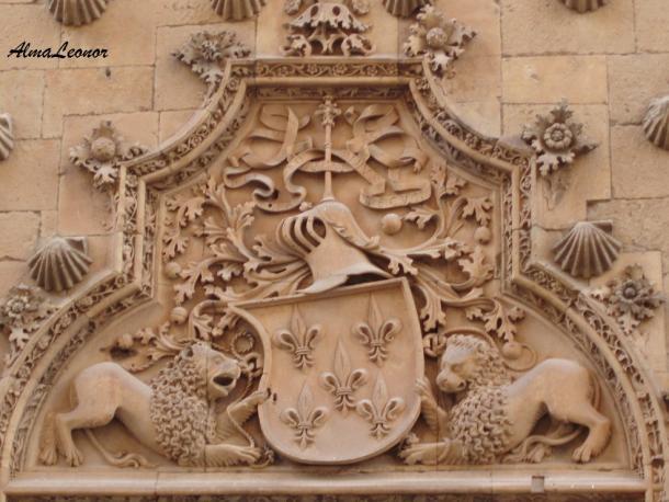 Blasón de los Maldonado en la Casa de las Conchas (Imagen: AlmaLeonor, de Vavel)