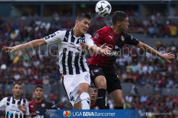 (Sergio disputa un balón - César Montes | Foto: Imago 7 / Liga MX)