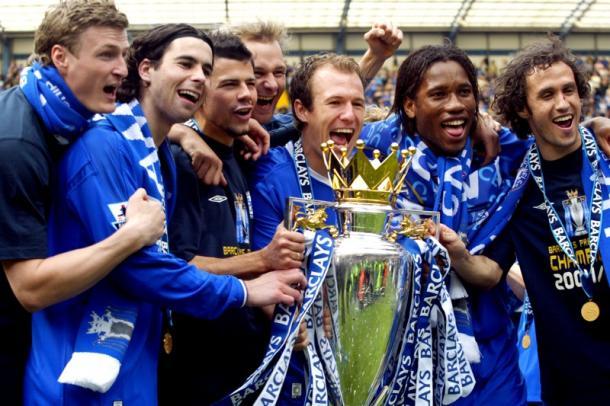Drogba celebra su primera Premier League. Foto:Who ate all the pies