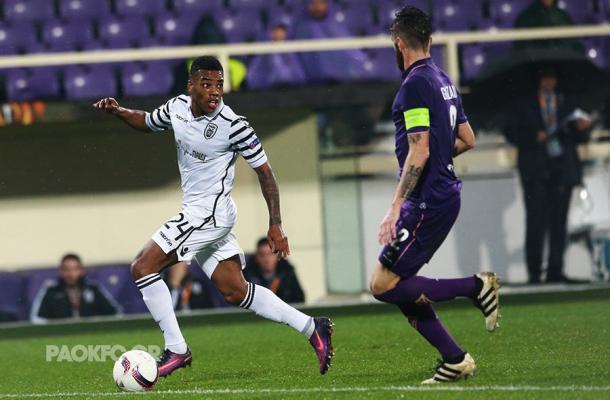 Garry Rodrigues controla la pelota ante la presión de Gonzalo Rodríguez | Foto: PAOK FC