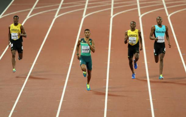 Van Niekerk ahead of the rest of the field in the final stages (Getty/Patrick Smith)