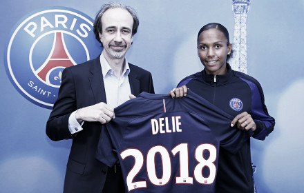 Delie and Boindrieux pose together as Delie signs a new contract | Source: psg.fr