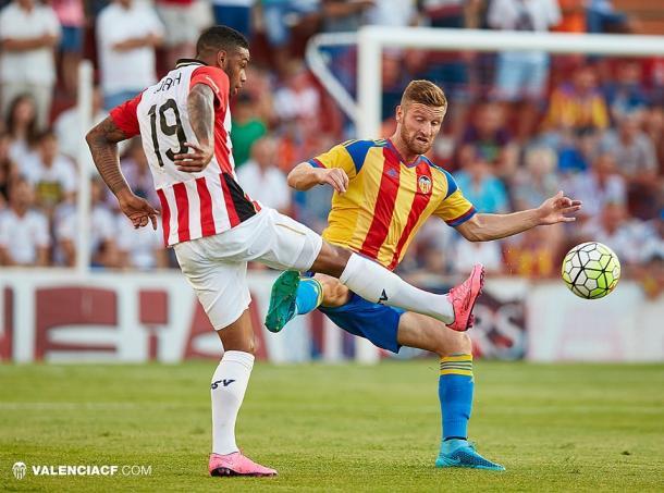 Shkodran Mustafi disputando el esférico en el último enfrentamiento contra el PSV Eindhoven. Fuente: Valencia CF.