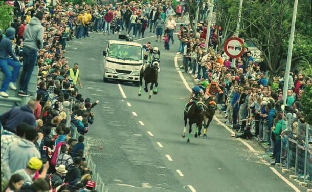 El público llena las calles viendo una de las carreras  | Foto: Isidro Felipe Acosta