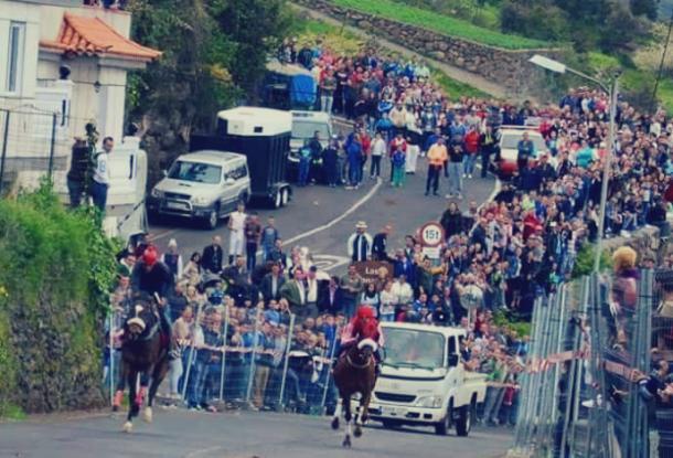Otra carrera sobre asfalto lleno de público subiendo una cuesta | Foto: José Minguillón