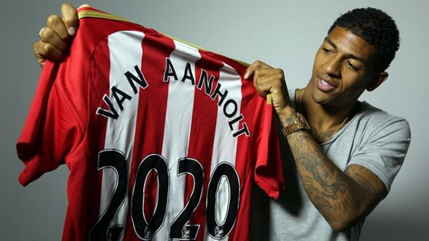 Van Aanholt poses with his '2020' shirt. (Photo: Sunderland AFC)