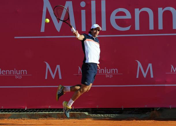 Pablo Cuevas hitting a backhand in his first match at the Millennium Estoril Open 2019 (Photo by Millennium Estoril Open)