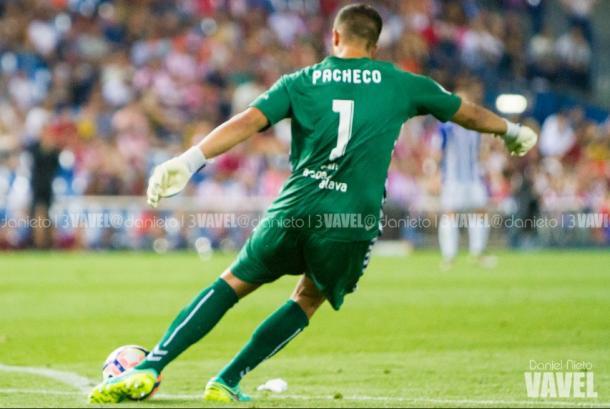 Fernando Pacheco se dispone a sacar de puerta. Fuente: Daniel Nieto (vavel)