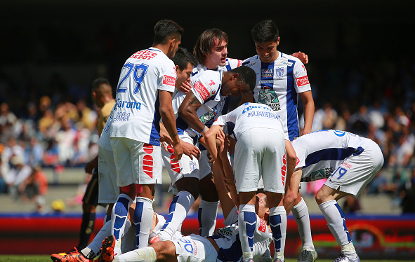 Omar Gonzalez of Pachuca celebrates with his teammates after scoring against Pumas / Hector Vivas - LatinContent/Getty Images