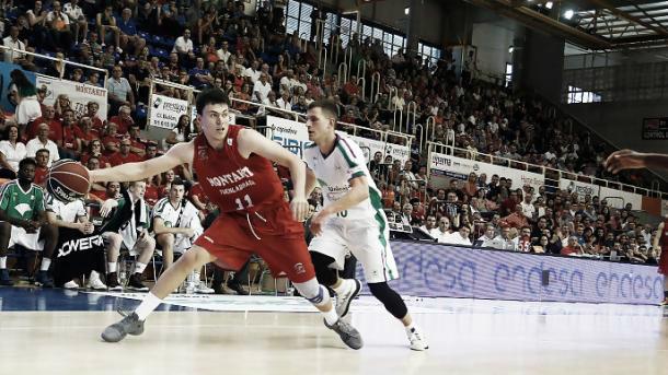 Paco Cruz protege un balón / Foto: ACB.com