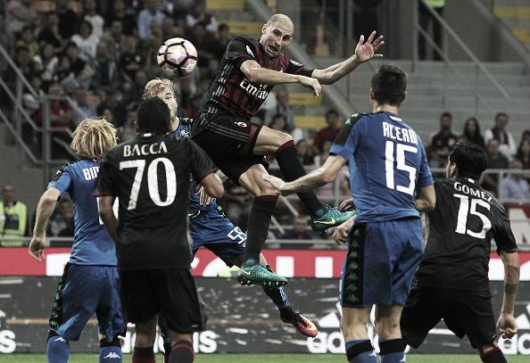 Lance que Paletta sobe mais alto que todo mundo para testar e marcar o quarto gol do Milan (Foto: Marco Luzzani/Getty Images)