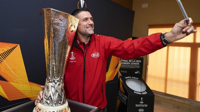 Palop en Sevilla posando con la Europa League en un acto organizado por la UEFA