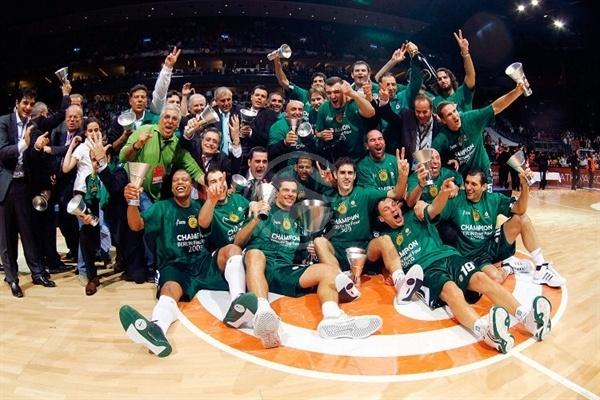 Obradovic, Itoudis, Diamantidis, Spanoulis, Pekovic, Batiste, Alvertis y el resto de la plantilla de Panathinaikos celebrando la Euroliga de 2009 | Foto: Euroleague