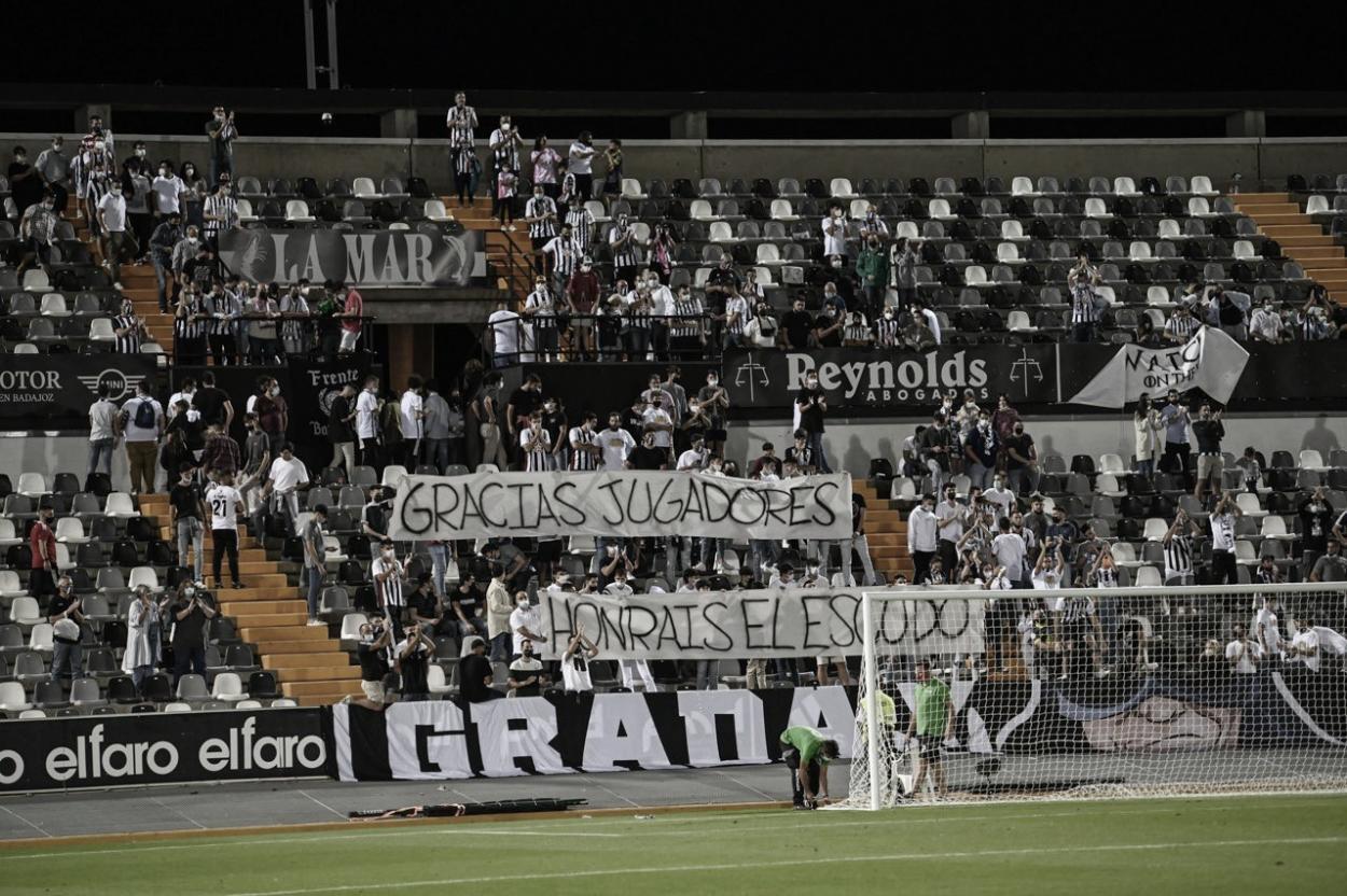 Pancarta desplegada por los aficionados pacenses en el Nuevo Vivero// Foto: CD Badajoz