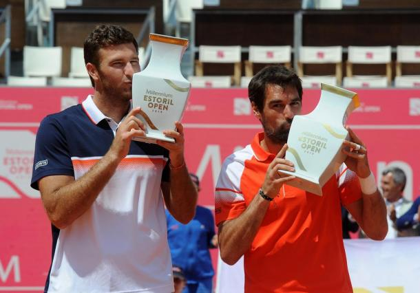 Fabrice Martin and Jérémy Chardy lifting their winner trophies in Estoril. (Photo by Millennium Estoril Open)