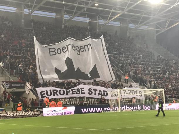 El publico en las triubunas del Regenboogstadion para alentar a su equipo. Foto: https://twitter.com/ESSEVEELIVE