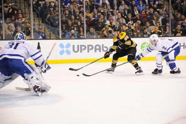 David Pastrnak (center) beats Ron Hainsey to the puck before beating Frederik Andersen to put Boston up 2-1. Photo: Steve Babineau/Getty Images