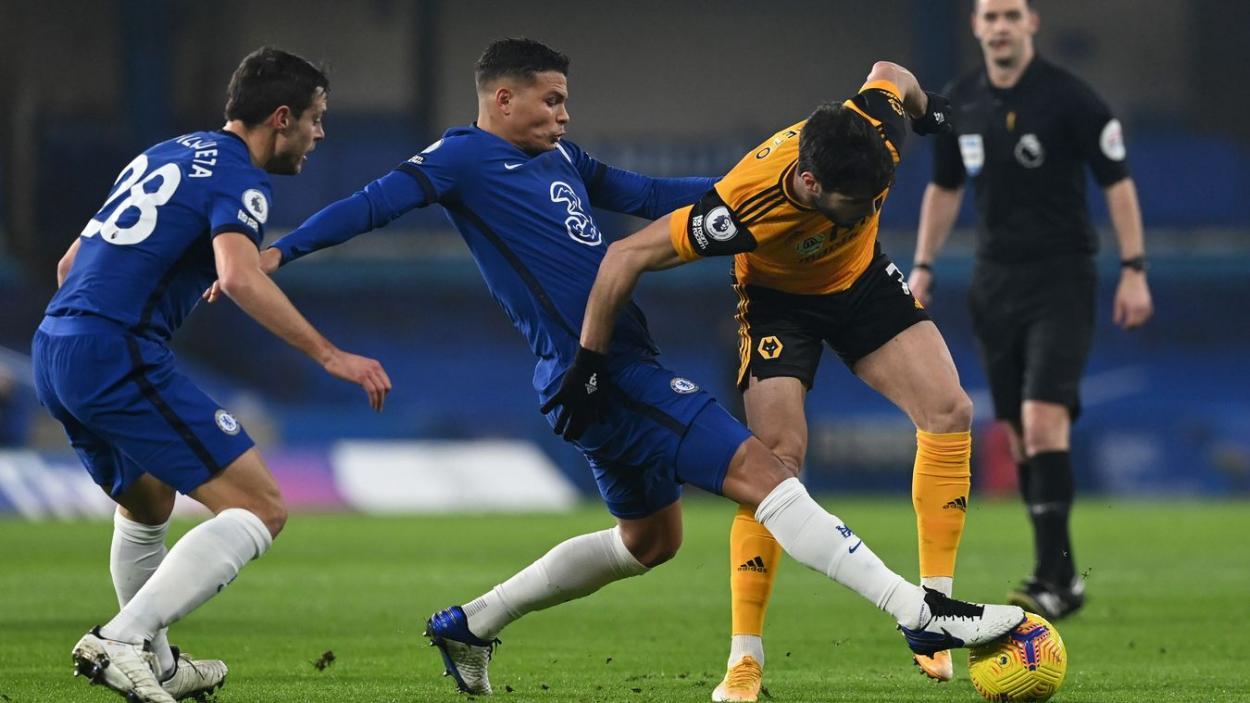 Pedro Neto disputando el balón ante Thiago Silva y Azpilicueta. Fuente: Premier League