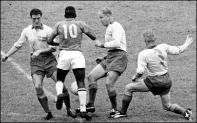 Pelé, na final da Copa, driblando os jogadores suecos.
