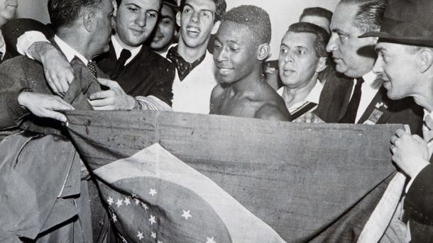 Un jovencisimo Pele celebra la victoria en el Mundial con apenas 17 anos (Foto: es.fifa.com)