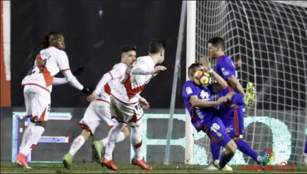 Momento exacto en el que el balón impacta en Christian Fernández. | Imagen: LaLiga