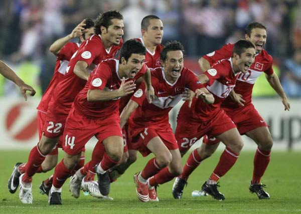 Turkey celebrate the winning penalty in the shootout. | Source: tarihtebugun