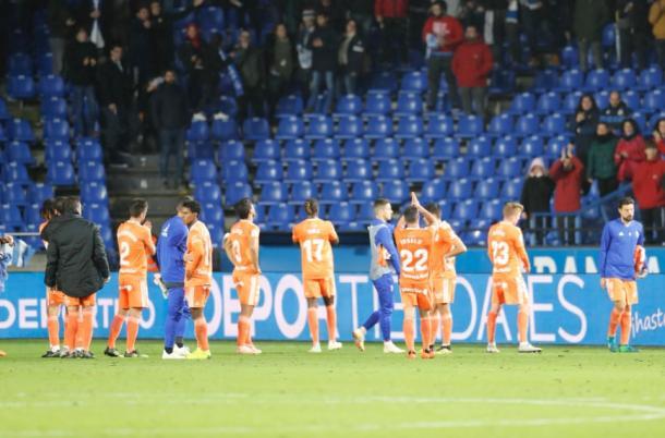 Los jugadores del Real Oviedo pidiendo perdón a la afición desplazada y agradeciéndole su apoyo. | Imagen: Real Oviedo