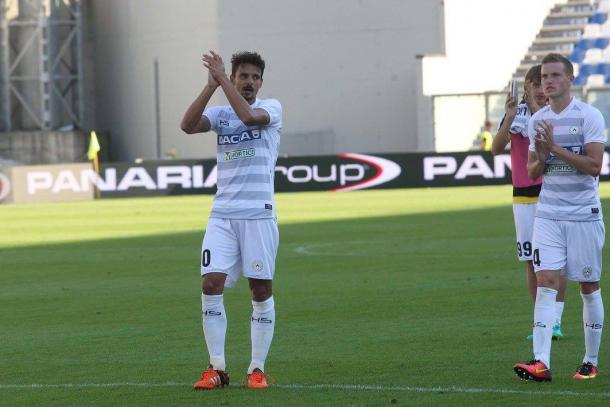Felipe applaude i propri tifosi alla fine della sfida dell'andata. Fonte: www.facebook.com/UdineseCalcio1896