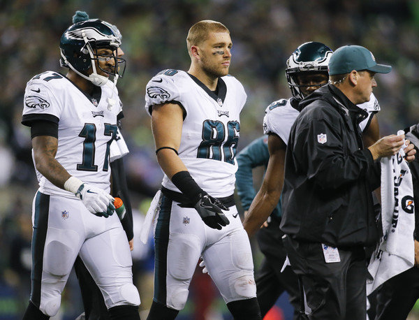 Tight end Zach Ertz #86 of the Philadelphia Eagles walks off the field after being injured on a play against the Seattle Seahawks. |Source: Jonathan Ferrey/Getty Images North America|