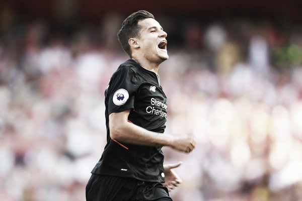Coutinho celebra seu gol de falta no Emirates Stadium (Foto: Mike Hewitt/Getty Images)