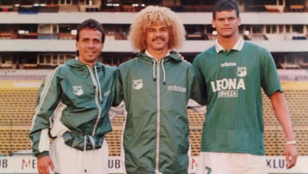 Pareja (izquierda) al lado de Valderrama (centro) y Miguel Calero (derecha). FOTO: futbolsapiens.com