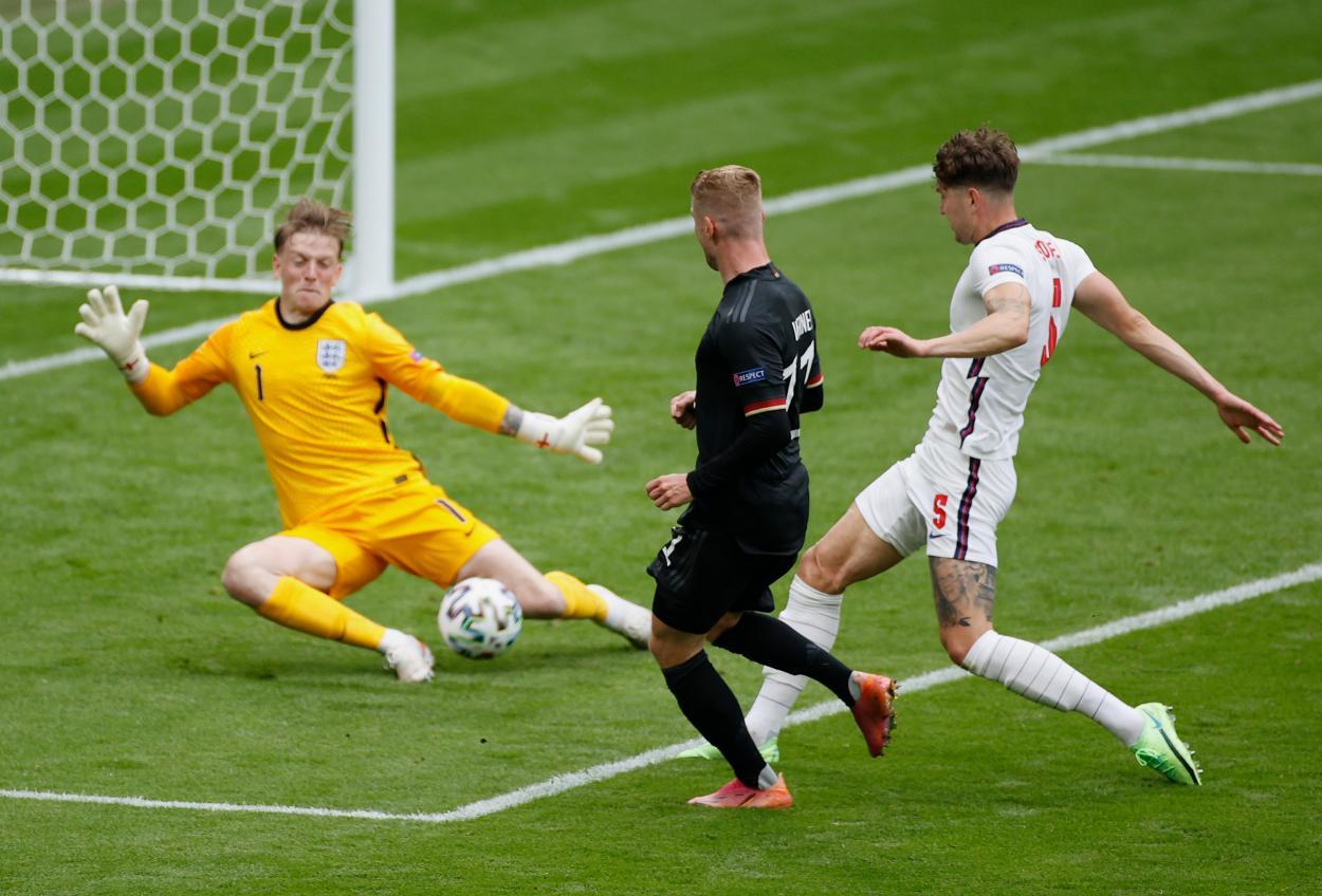 Pickford salva el mano a mano con Werner   Imagen: UEFA
