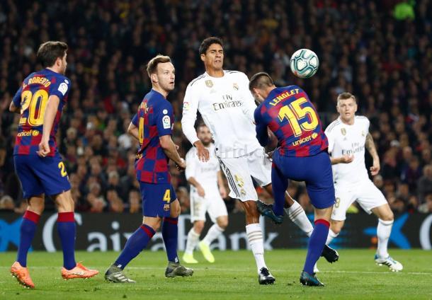 Pisotón de Lenglet sobre Varane en un cabeceo de balón | Fuente: Real Madrid