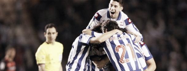 Los jugadores del Deportivo hacen piña tras marcar un gol / Foto vía Marca