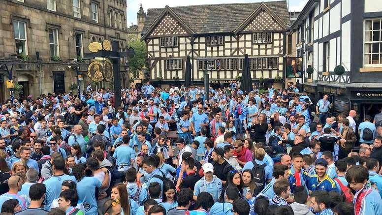 Una marea de aficionados celestes tiñeron las calles de Manchester de azul celeste / Foto: Twitter-@RCCelta