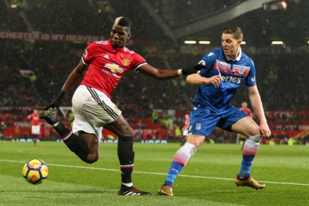 Pogba (esq.) deu duas assistências contra o Stoke (Foto: Robbie Jay Barratt – AMA/Getty Images)