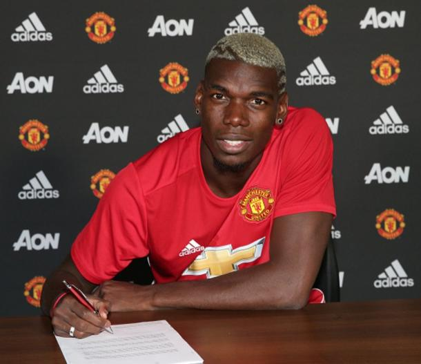 Pogba signs his contract at Manchester United | Photo: Getty Images