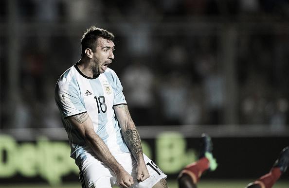 Pratto e sua clássica comemoração após marcar contra a Colômbia (Foto: Juan Mabromata/AFP)