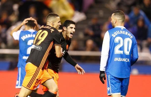 El Valencia cerró en Riazor la primera vuelta ganando por 1-2 | Fotografía: VCF