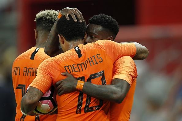 Promes comemora com Memphis Depay o gol de empate da Holanda (Foto: VI Images via Getty Images)