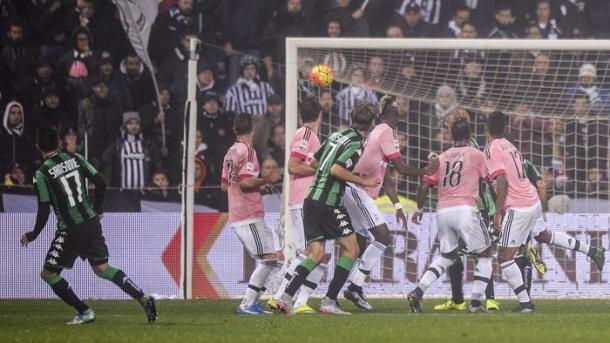 Nicola Sansone watches his spectacular free-kick hit the net in the famous 1-0 victory | photo: lastampa.it